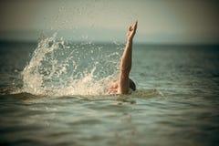 Męska ręka z morza z pluśnięciami woda Pływacki pojęcie Faceta dopłynięcie pod wodą morską, linia horyzontu na tle, tyły Obraz Royalty Free