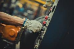 Męska ręka z rękawiczki dosunięcia guzikiem zdjęcia stock