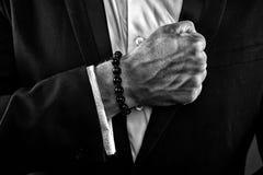 Męska ręka z veiny skórą Mężczyzna jest ubranym białą koszula i czarną kurtkę Biznesmen zaciska pięści Modlitewne brody na nadgar obrazy royalty free