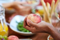 Męska ręki mienia brzoskwinia Zdjęcie Royalty Free