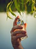Męska ręki mienia butelka pachnidło Zdjęcie Royalty Free