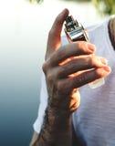 Męska ręki mienia butelka pachnidło Obrazy Stock