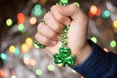Męska ręki mienia koniczyny zieleni kolia Zdjęcia Royalty Free