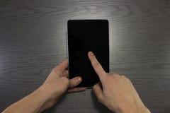 Męska ręki use pastylka z czerń ekranem Obraz Stock