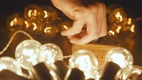 Męska ręki zmiany elektrycznego luzowania retro girlanda Przemysłowa żarówka zbiory wideo