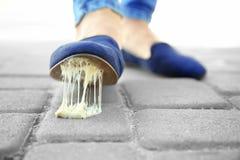 Męska stopa wtykał w guma do żucia na ulicie Pojęcie Fotografia Stock
