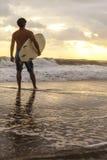 Męska surfingowa & Surfboard zmierzchu wschodu słońca plaża Obrazy Royalty Free