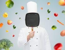 Męska szefa kuchni kucharza nakrycia twarz z grill niecką Fotografia Royalty Free