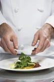 Męska szefa kuchni narządzania sałatka Zdjęcia Royalty Free