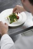 Męska szefa kuchni narządzania sałatka W kuchni Obraz Stock