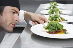Męska szefa kuchni narządzania sałatka W kuchni Fotografia Stock
