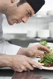 Męska szefa kuchni narządzania sałatka W kuchni Fotografia Royalty Free