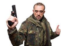 Męska terrorystyczna militarna kurtka pistolet w jego ręce Obrazy Royalty Free