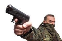 Męska terrorystyczna militarna kurtka pistolet w jego ręce Zdjęcia Stock