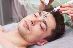 Męska twarz, microcurrent traktowanie zdjęcie stock