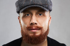 Męska twarz z wąsy i brodą moda brodaty mężczyzna w kapeluszu Zdjęcie Stock
