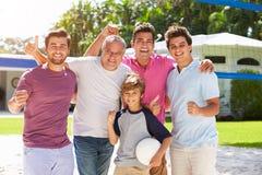 Męska Wielo- pokolenie rodzina Bawić się siatkówkę W ogródzie zdjęcie royalty free
