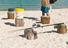 Męska zbieracka połów przekładnia odpoczywa na drewnianych palowaniach na piaskowatej, tropikalnej plaży na zatoce meksykańskiej, Obraz Stock