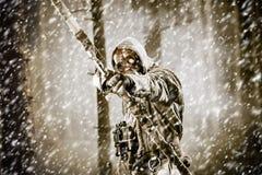 Męski łęku myśliwy w lesie Zdjęcie Royalty Free