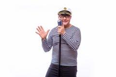 Męski żeglarza piosenkarz na mikrofonie Zdjęcie Stock