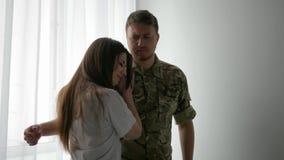 Męski żołnierza portret w kamuflażu mundurze, przychodzi do domu od zdjęcie wideo