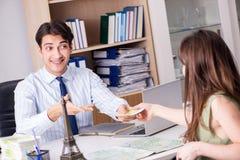 Męski agent biura podróży z klientem w agenci Obraz Royalty Free