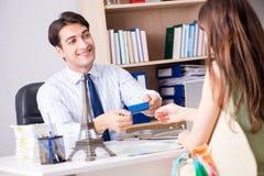 Męski agent biura podróży z klientem w agenci Obraz Stock