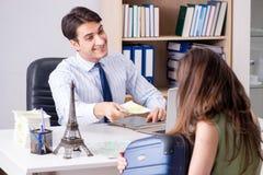 Męski agent biura podróży z klientem w agenci Obrazy Royalty Free