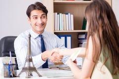 Męski agent biura podróży z klientem w agenci Zdjęcie Stock