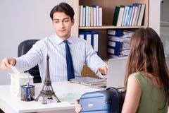 Męski agent biura podróży z klientem w agenci Zdjęcia Royalty Free