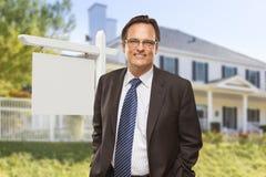 Męski agent nieruchomości przed puste miejsce domem i znakiem Zdjęcie Stock