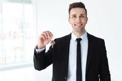 Męski agent nieruchomości z kluczem Zdjęcie Royalty Free