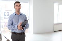 Męski agent nieruchomości z schowkiem Obraz Stock