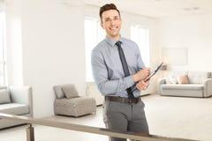 Męski agent nieruchomości z schowkiem Fotografia Royalty Free