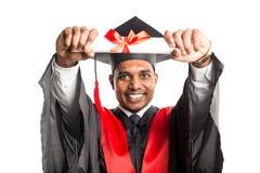 Męski amerykanina afrykańskiego pochodzenia absolwent w todze i nakrętce Fotografia Stock