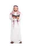 Męski arab czyta książkę w białym kontuszu Fotografia Stock
