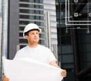 Męski architekt patrzeje projekt w hełmie Obrazy Stock
