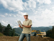 Męski architekt sprawdza budowę w toku Zdjęcia Royalty Free