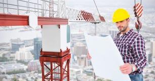 Męski architekt trzyma błękitnego druk żurawiem przy budową Zdjęcia Royalty Free
