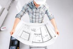 Męski architekt w hełmie z projektem Zdjęcia Stock