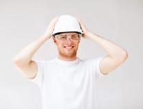 Męski architekt w hełmie z zbawczymi szkłami Fotografia Stock