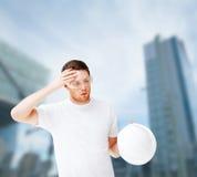 Męski architekt w zbawczych szkłach bierze daleko hełm Fotografia Stock