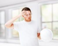 Męski architekt w zbawczych szkłach bierze daleko hełm Zdjęcie Royalty Free