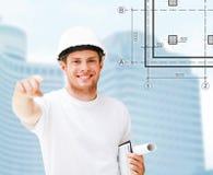 Męski architekt wskazuje przy tobą w białym hełmie Fotografia Stock