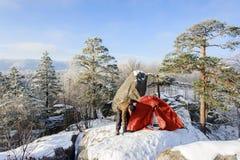 Męski arywista prawie jego namiot na wierzchołku skała Zdjęcia Stock