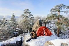 Męski arywista prawie jego namiot na wierzchołku skała Obraz Stock