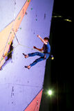 Męski arywisty latanie po nieudany próby rozlewać pięcie ściana Fotografia Royalty Free