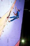 Męski arywisty latanie po nieudany próby rozlewać pięcie ściana Obrazy Royalty Free