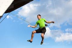 Męski arywisty latanie w niebieskiego nieba rozlewać pięcie ściana Fotografia Royalty Free