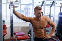 Męski athlet robi sportów ćwiczeń gym strzałowi Obraz Royalty Free